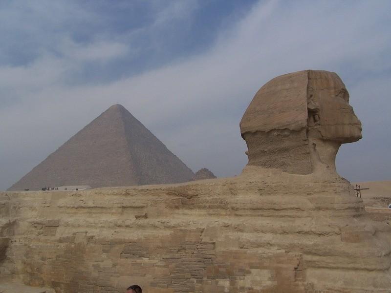 Sfinga a pyramidy v Gíze.