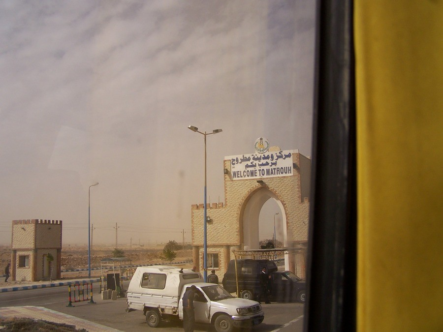 Foto z autobusu při vjezdu do Marsa Matrouh