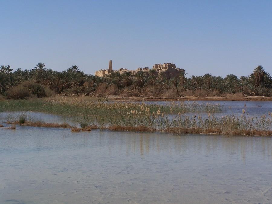 Slané jezero a orákulum v pozadí.