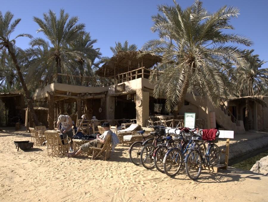 Restaurace u Kleopatřiny lázně v oáze Siwa.
