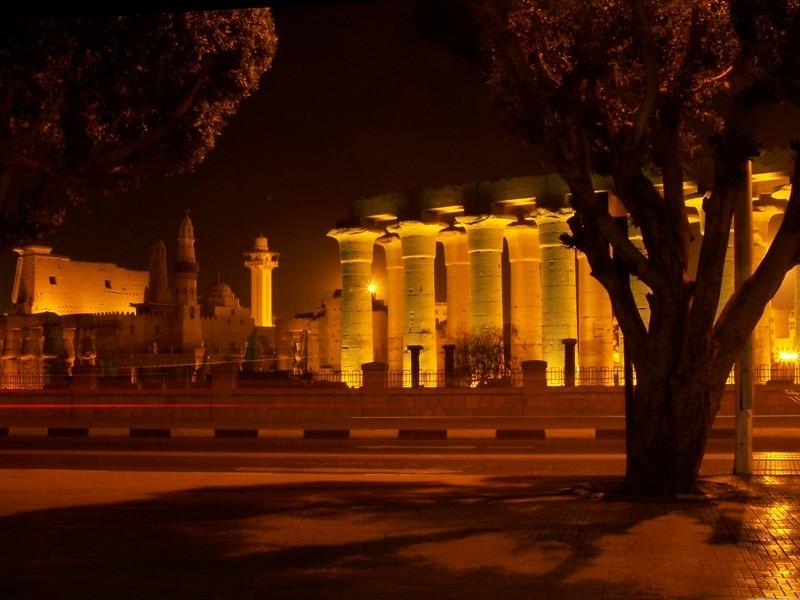 Luxorský chrám v noci.