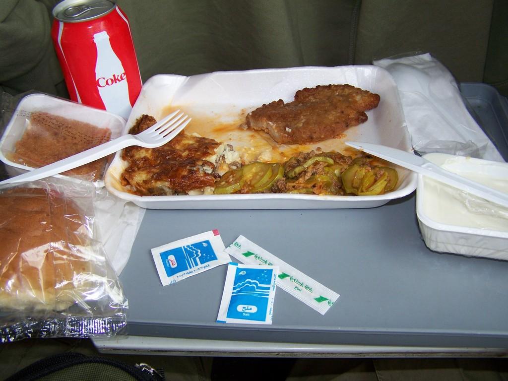 Egyptský oběd ve vlaku z Káhiry do Luxoru.